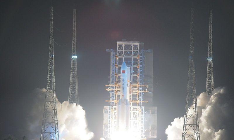 """Kinijos raketų sistemos """"Long March 5"""" paleidimas. """"Reuters"""" / """"Scanpix"""" nuotr."""