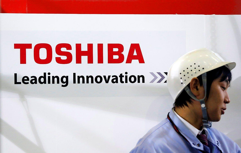 """""""Toshiba"""" planuoja didelius nurašymus, akcijos krito 12%"""
