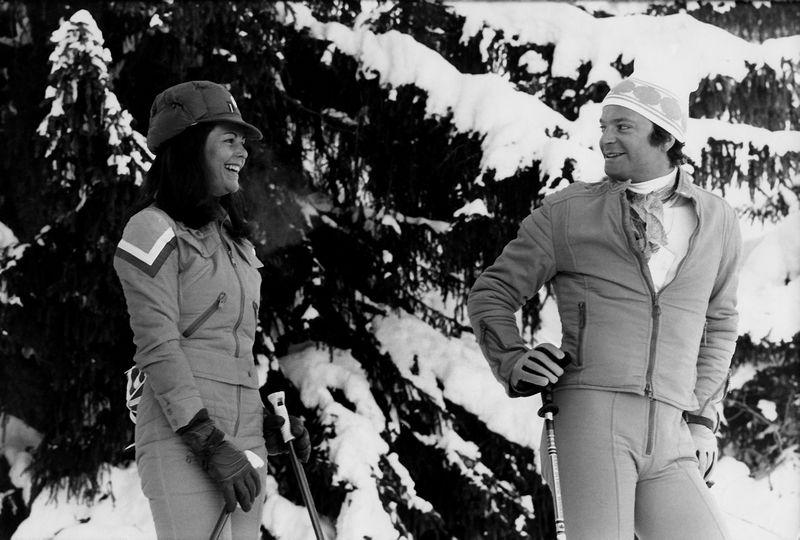"""Švedijos karalius Carlas Gustafas ir karalienė Silvia viename iš Prancūzijos Trijų slėnių kurortų – Meribelyje. Metai nenurodomi. """"Scanpix"""" nuotr."""