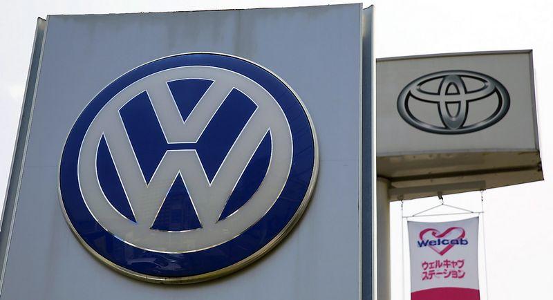 "Volkswagen ir Toyota prekių ženklai. Toru Hanai (""Reuters"" / ""Scanpix"") nuotr."