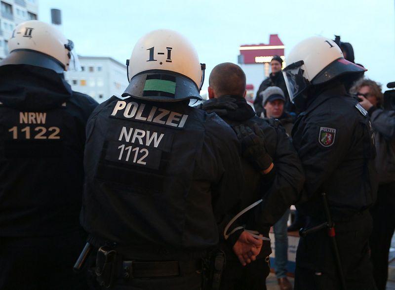 "Vokietijos policija Kelne. Wolfgango Rattay (""Reuters"" / ""Scanpix"") nuotr."