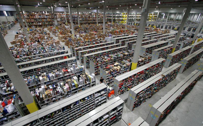 """Vienas """"Amazon"""" sandėlių, kuriame galėtų būti pritaikyta ir įvažiuojamojo tipo parduotuvė. Fabrizio BenschO (""""Reuters"""") nuotr."""