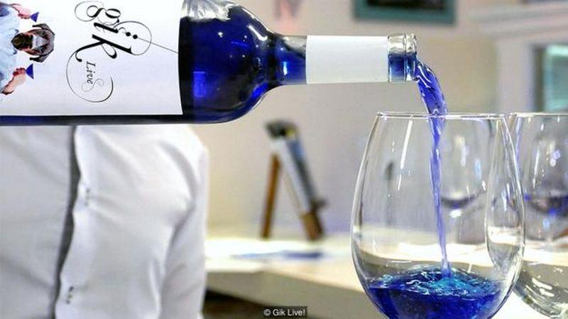 """Vynas, padarytas iš raudonųjų ir baltųjų vynuogių sunkos mišinio su organiniais pigmentais, vienus priverčia iš nustebimo pakelti antakį, kitus – stiklą su šiuo vynu.  """"gik.com"""" nuotr."""
