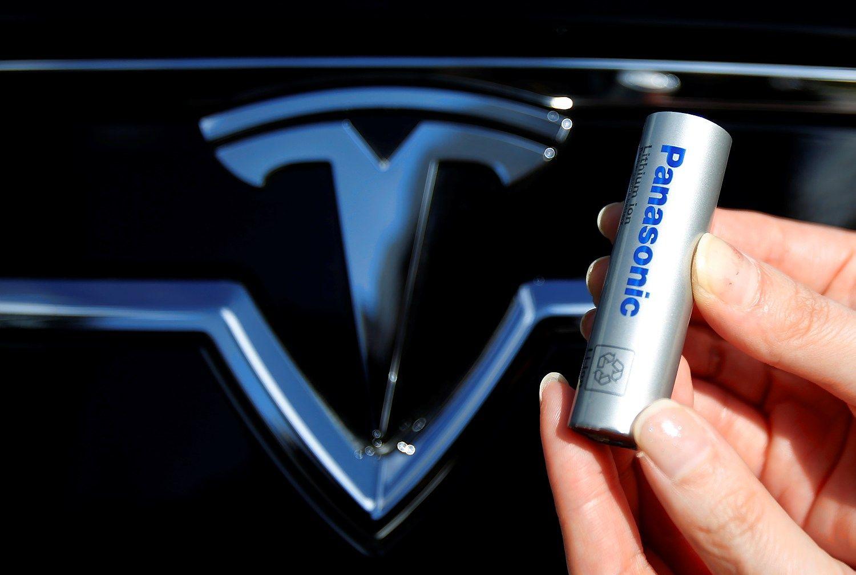 """""""Tesla Gigafactory"""" pradeda baterijų gamybą"""