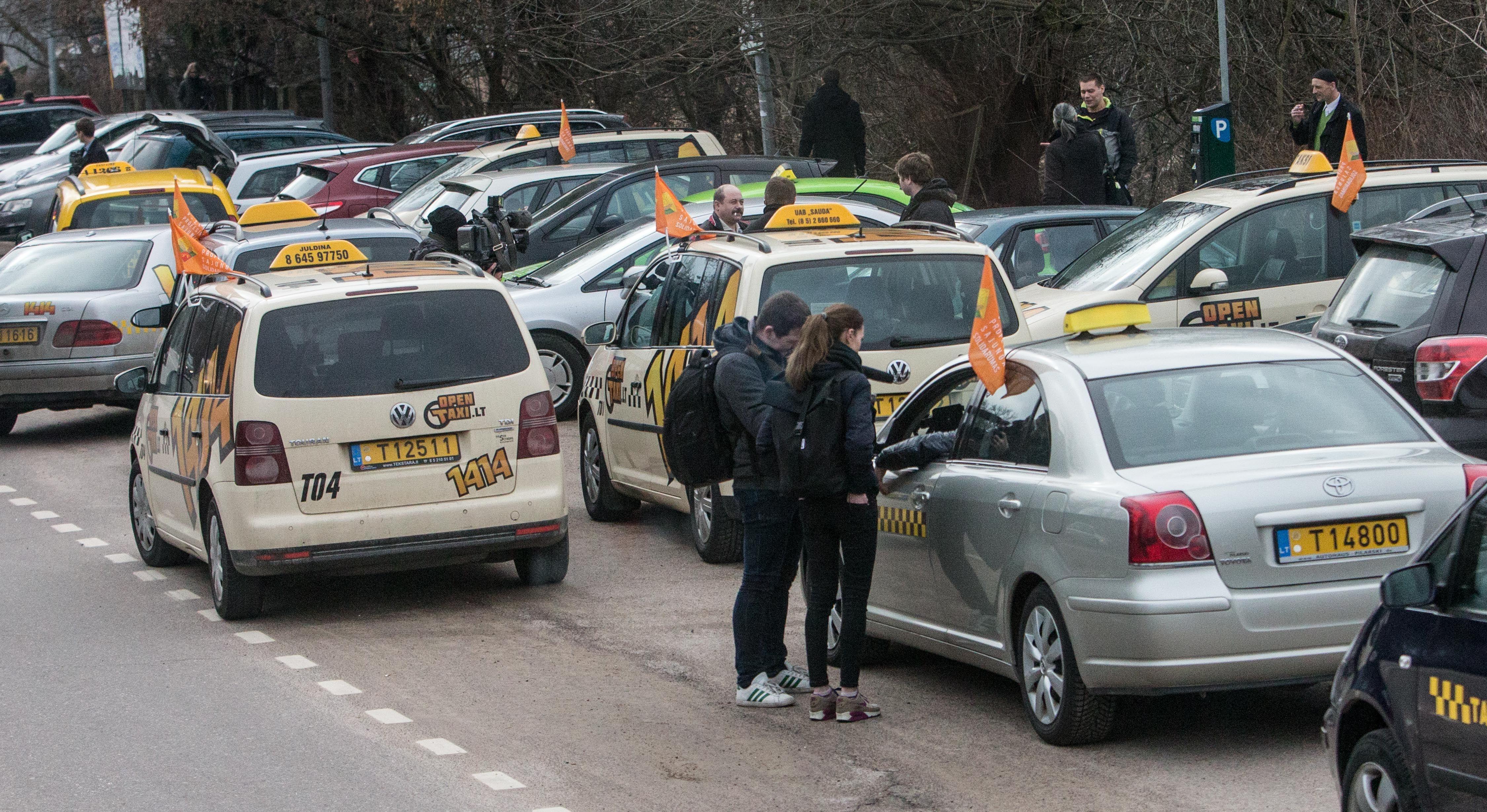 Taksistai virsta pavėžėjais