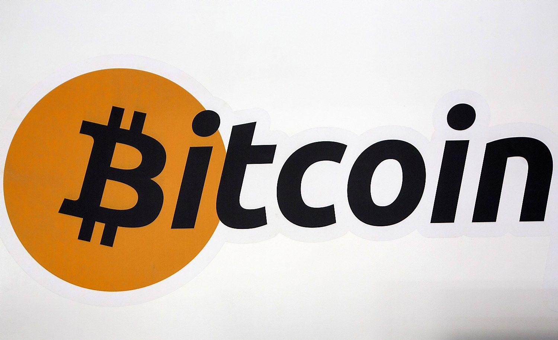 Nuo rekordinių aukštumų bitkoinas atpigo beveik 20%