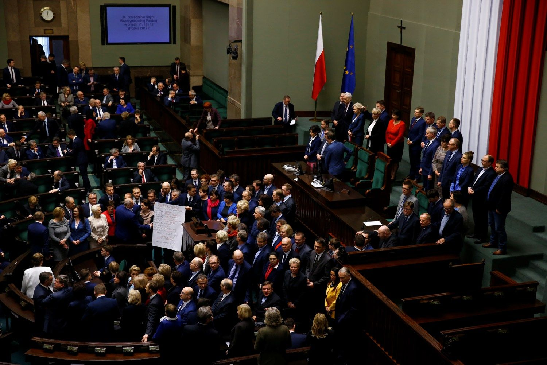 Lenkijos opozicija nutraukė parlamento blokavimą