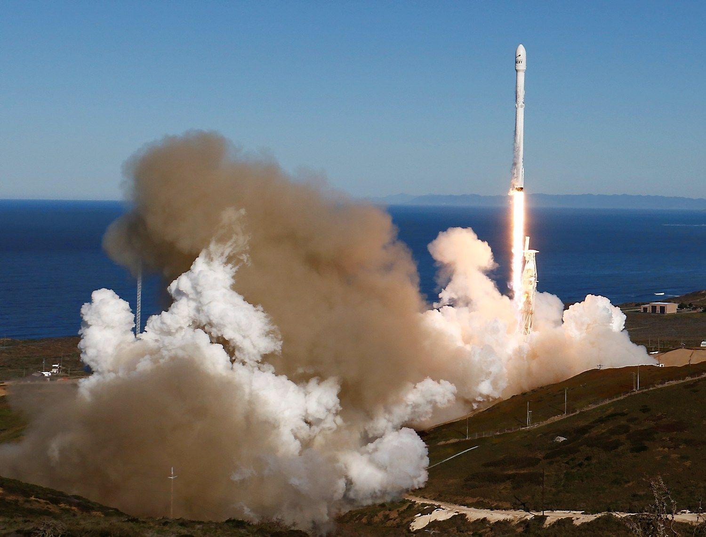 """Po rudeninio sprogimo """"SpaceX"""" raketa sėkmingai pakilo"""