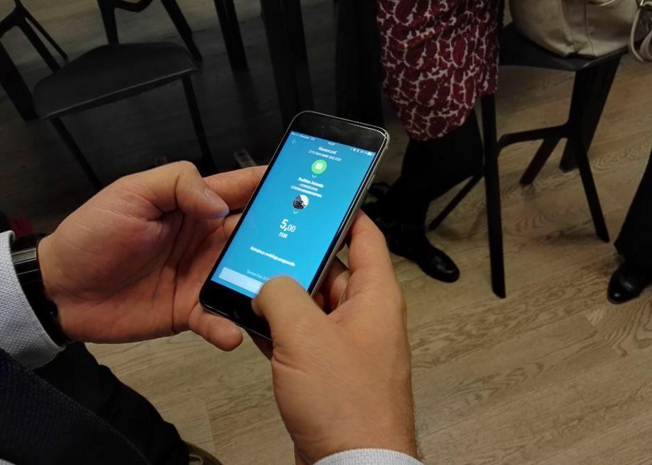 SEB atnaujino programėlę, leis pervesti pinigus pagal telefono numerį
