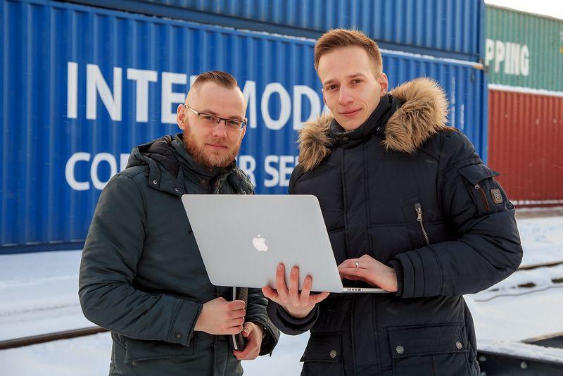 """Justinas Simanavičius (kairėje) ir Lukas Kairys – """"Kon.lt"""", logistikos paslaugų pirkimo konkursų sistemos, kūrėjai. Vladimiro Ivanovo (VŽ) nuotr."""