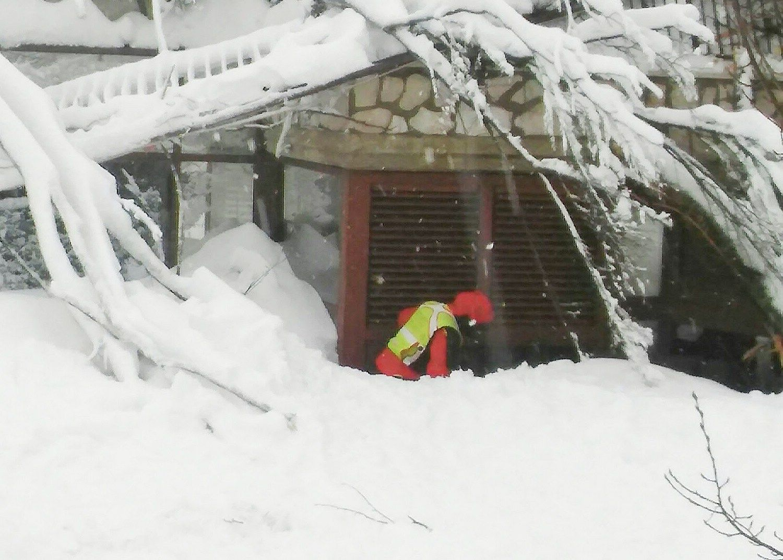 Sniego lavinos užverstame Italijos viešbutyje yra gyvųjų