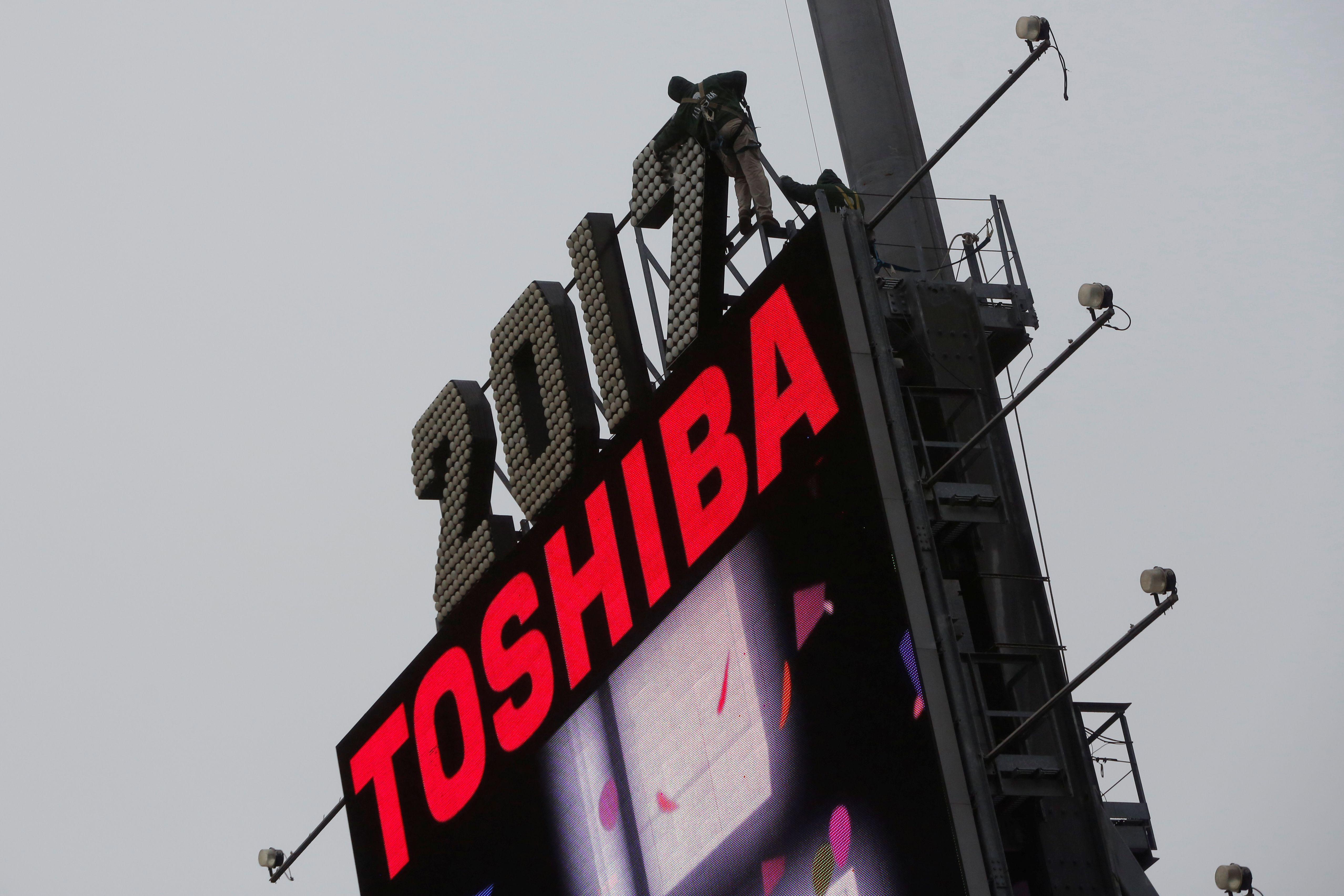 """""""Toshiba"""" grimzta, investuotojai įžvelgia sumaištį kompanijoje"""