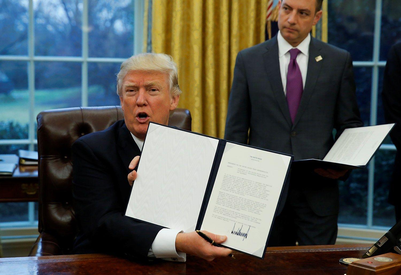 Trumpas tai padarė: JAV traukiasi iš TPP