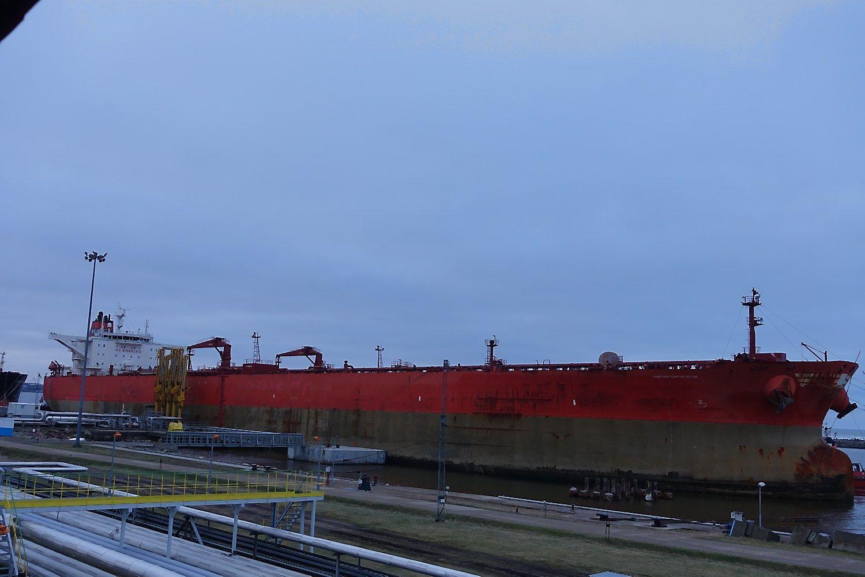 Klaipėdos uoste kraunamas ilgiausias tanklaivis