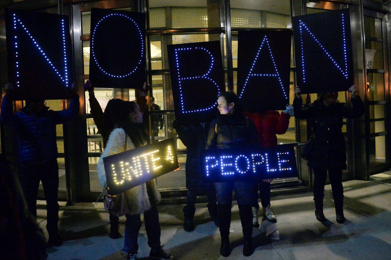 Trumpui iš dalies uždraudus imigraciją – chaosas