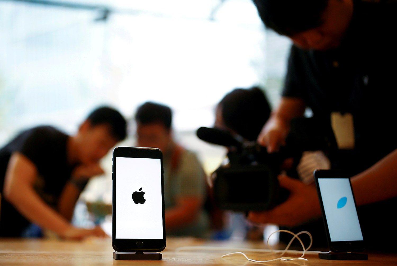 """""""iPhone 7"""" leido """"Apple"""" pasiekti rekordinius pardavimus"""