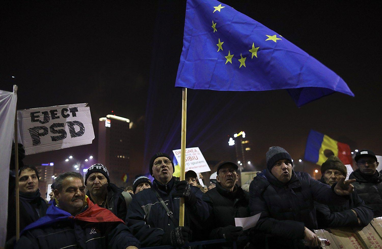 Rumunai reikalauja vyriausybės pasitraukti