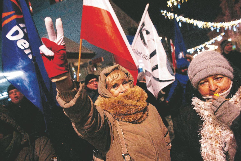 """Masiniai protestai Lenkijoje privertė valdžią atsisakyti planų visiškai uždrausti abortus. Adamo Stepieno (""""Reuters"""" / """"Scanpix"""") nuotr."""