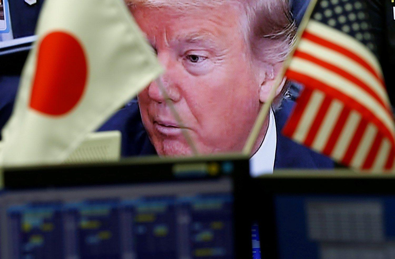 Japonija mėgina nuraminti Trumpą