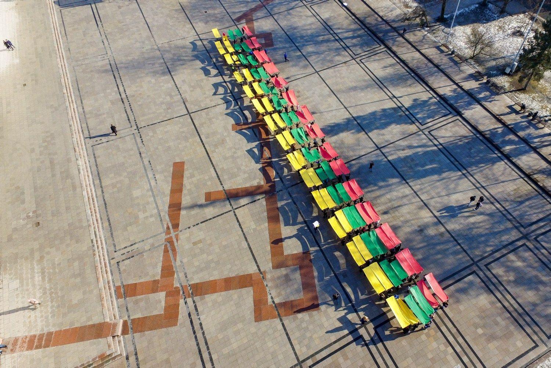 Katedros aikštėje suformavo gyvą trispalvę
