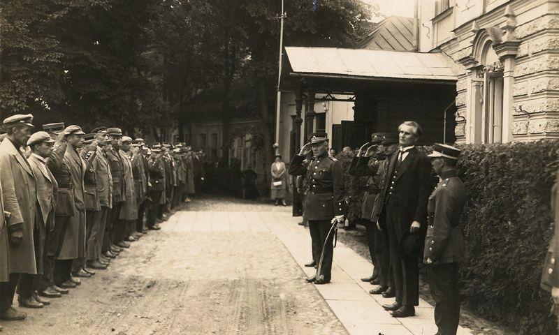 Lietuvos Respublikos Prezidentas Kazys Grinius prie prezidentūros. Kaunas, 1926 m. Lietuvos centrinio valstybės archyvo nuotr.