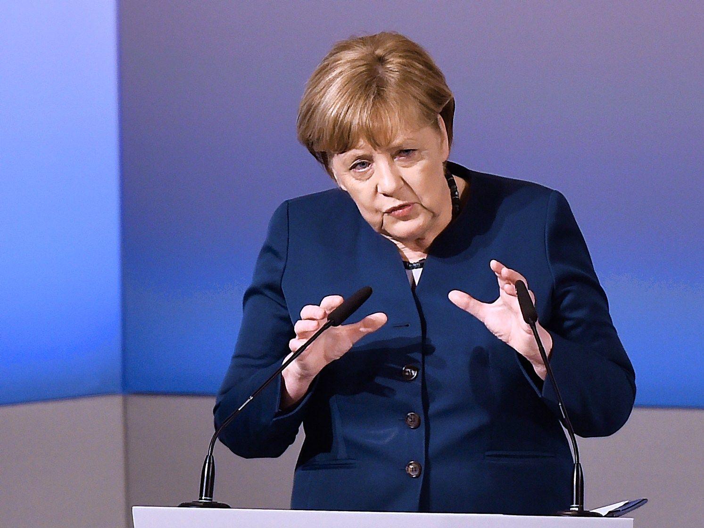 Merkel: santykiai su Rusija komplikuoti, bet reikia kartu kovoti prieš terorizmą