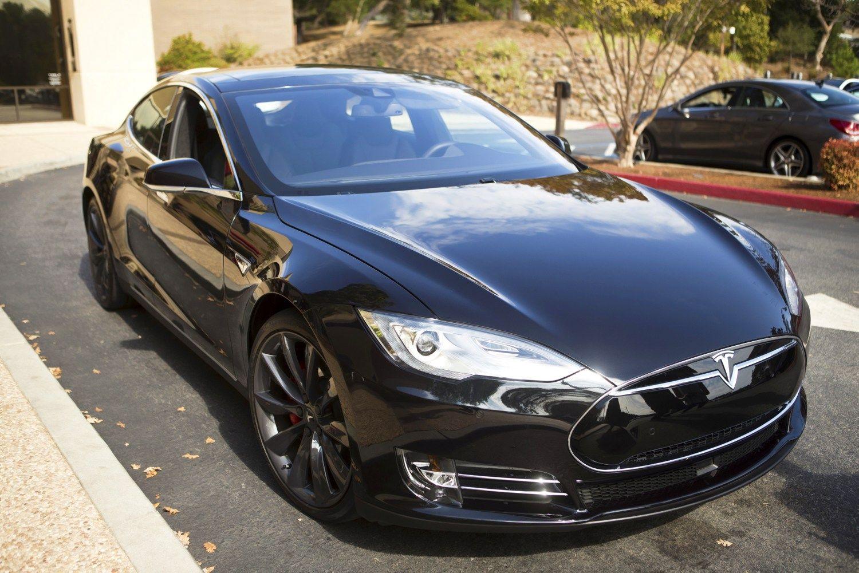 """""""Tesla"""" mažino nuostolius, signalizuoja apie investicijų paiešką"""
