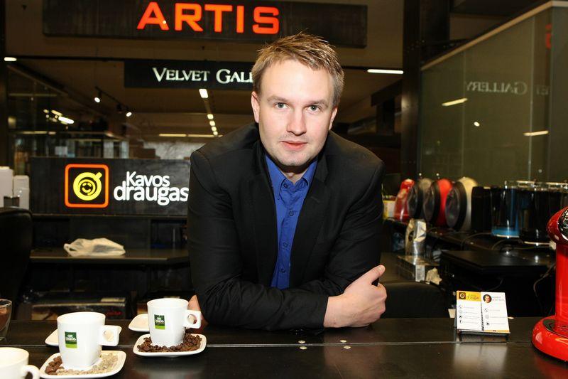 """Aurimo Vainausko, """"Kavos draugo"""" įkūrėjo, teigimu, vienas iš svarbiausių principų – verstis per galvą, kad klientui e. parduotuvėje padėtum rasti, ko jam reikia. Roberto Misiukonio nuotr."""