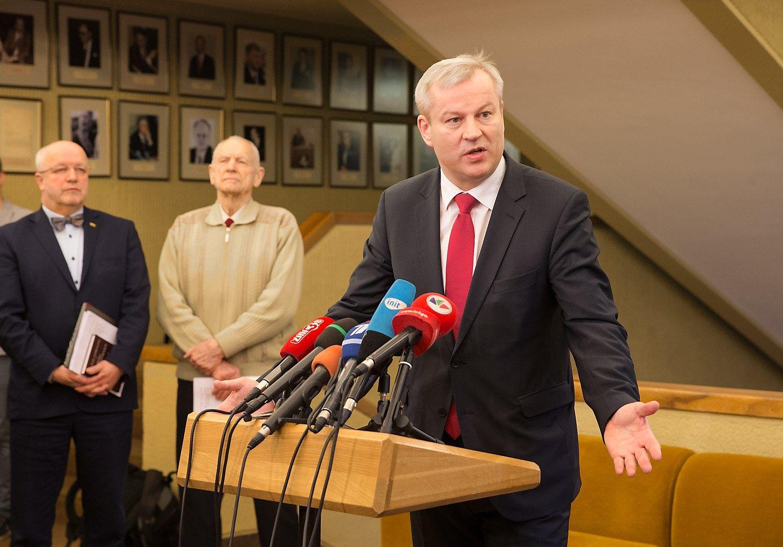 Seimas pritarė Basčio atsistatydinimui