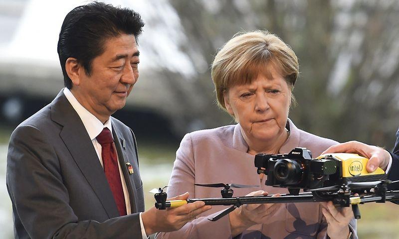 """Shinzo Abe, """"CeBIT 2017"""" partnerės Japonijos premjeras, ir Angela Merkel, Vokietijos kanclerė, ragino ES pagaliau baigti derybas ir pasirašyti laisvosios prekybos susitarimą su Japonija. Fabiano Bimmerio (""""TPX Images""""/""""Scanpix""""/""""Reuters"""") nuotr."""