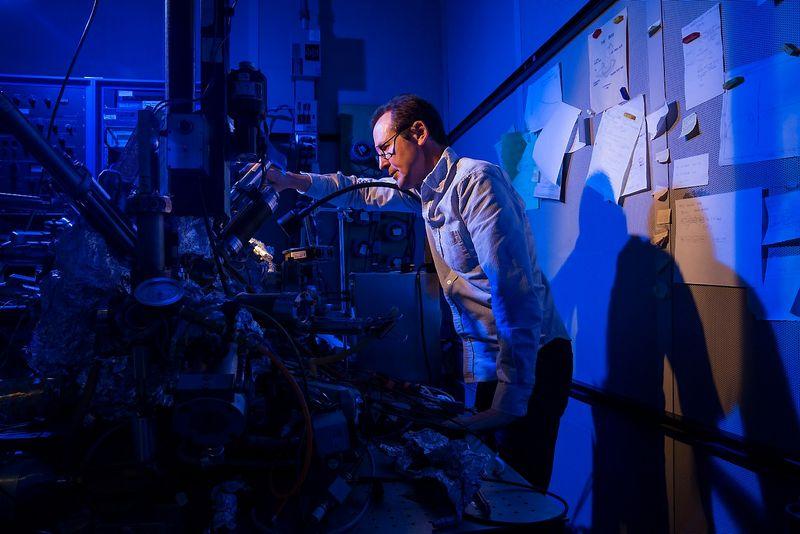 """Christopheris Lutzas, IBM nanotechnologijų mokslininkas skenuojančiu tuneliniu mikroskopu įrašo informaciją į holmio atomą. Stan Olszewski (""""SOSKIphoto"""") nuotr."""