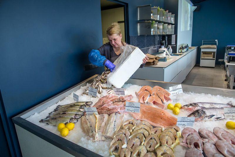 """""""Fiš"""" parduotuvė išnaudoja pajūrio kozirį – vilniečiams nuolat siūlo šviežių sezoninių žuvų. Vladimiro Ivanovo (VŽ) nuotr."""
