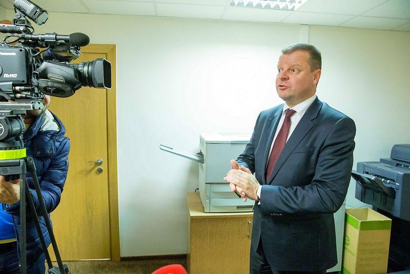 """Premjeras Saulius Skvernelis kritikuojamas, kad per šimtą dienų taip ir nesugebėjo pademonstruoti aiškios """"kolektyvinės Vyriausybės lyderystės"""" valstybei būtinų reformų klausimu.  Vladimiro Ivanovo nuotr."""