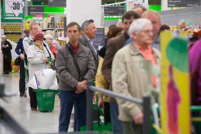 Juditos Grigelytės (VŽ) nuotr. Dauguma vartotojų yra įsitempę dėl augančių kainų, todėl prekybininkams įkalbėti juos išleisti daugiau pinigų nėra lengva.
