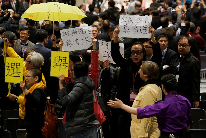Pekino remiama politikė nesunkiai tapo Honkongo vadove