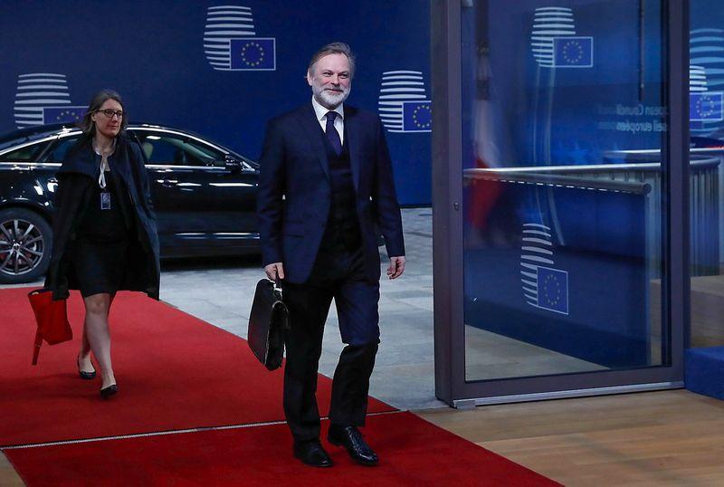 """Timas Barrowas, Jungtinės Karalystės nuolatinis atstovas prie ES, atvyksta į Briuselį su Theresos May pasirašytu laišku. Yveso Hermano (""""Reuters"""" / """"Scanpix"""") nuotr."""
