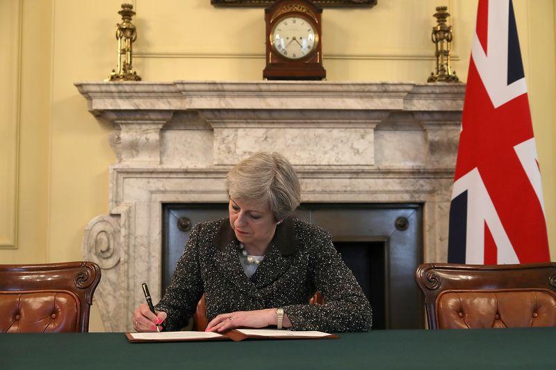 """Theresa May, JK premjerė, pasirašo laišką dėl Brexit"""", adresuotą EVT. Christopherio Furlongo (""""Reuters"""" / """"Scanpix"""") nuotr."""
