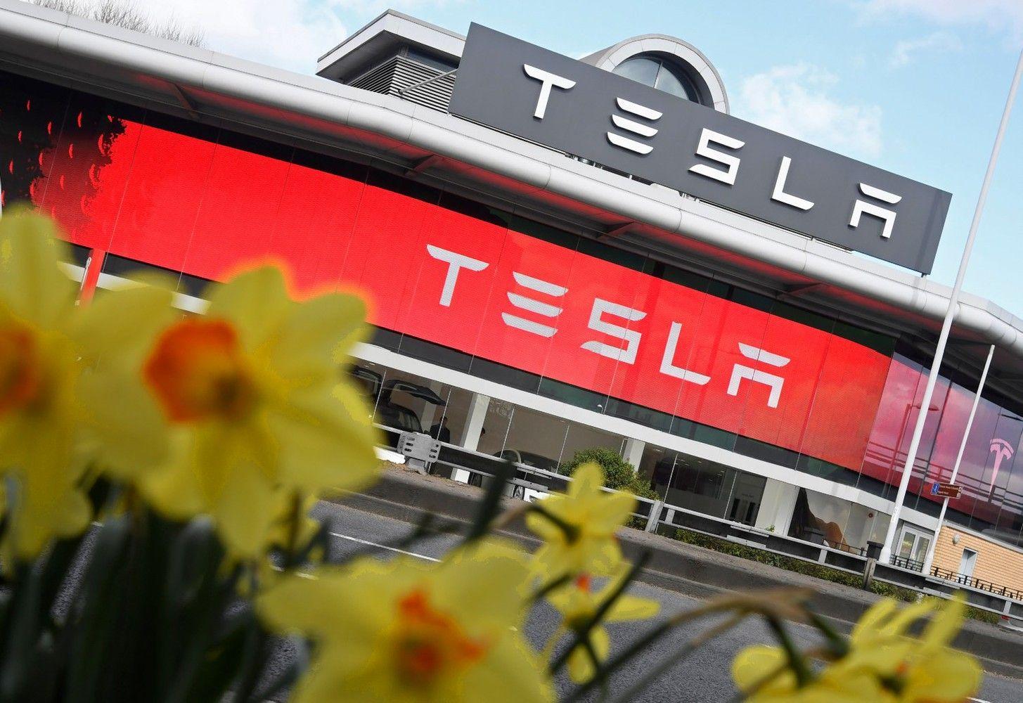 """""""Tesla"""" pakilimas: pardavimai išaugo, pagal vertę aplenkė """"Ford"""""""