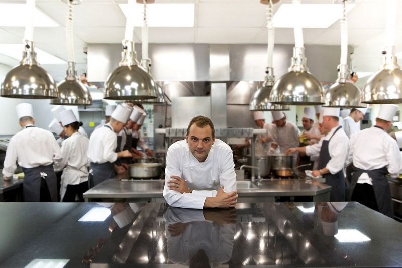 """Virtuvės šefas Danielis Hummas 2017 m. geriausio restorano """"Eleven Madison Park"""" (Niujorkas) virtuvėje. """"Reuters"""" nuotr."""