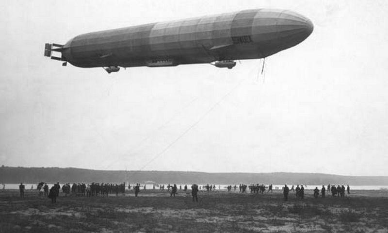 """1874 m. tarnaudamas kariuomenėje Zeppelinas klausėsi paskaitos apie krovinių gabenimą oro paštu. Jam į galvą šovė mintis: reikia sukurti naujovišką orlaivį, kurio matmenys būtų kaip didelio laivo. """"Britannica.com"""" nuotr."""