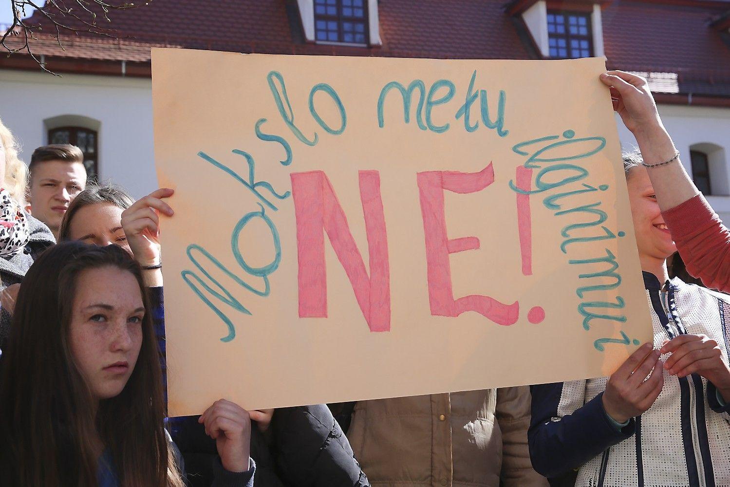 Nenorintys ilgiau mokytis susirinko į protestą