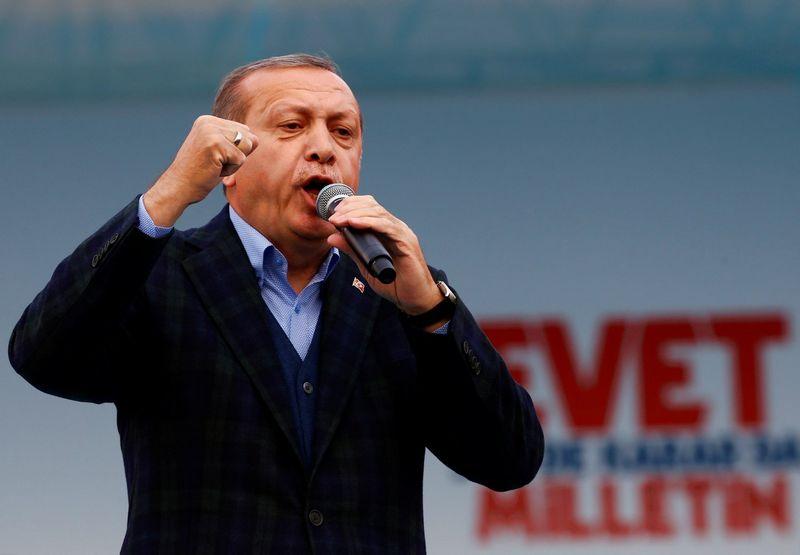 """Recepas Tayyipas Erdoganas, Turkijos prezidentas, referendume siekia išplėsti savo galias taip, kad galėtų leisti dekretus, kurių parlamentas negalėtų atšaukti. Murado Sezero (""""Reuters"""" / """"Scanpix"""") nuotr."""