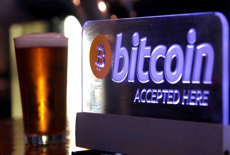 """Finansų technologijomis naudojatės tada, kai už prekes ar paslaugas atsiskaitote virtualiąja bitkoinų valiuta. """"Reuters"""" nuotr."""