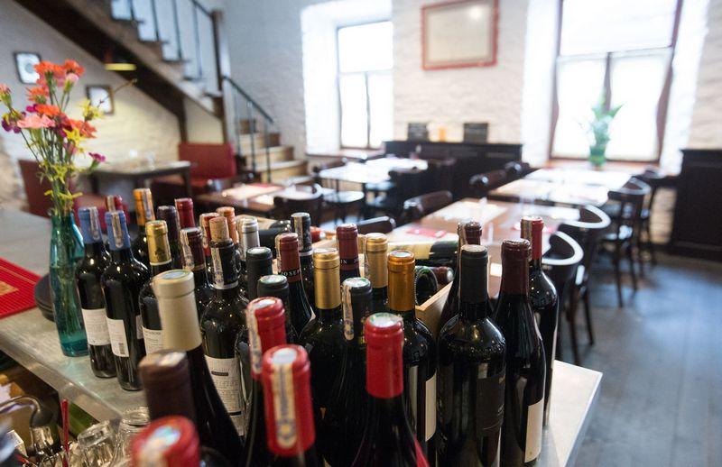 Restoranams ydingus butelius pakeičia tiekėjai, o šiems kompensuoja vyndariai, nes rūpinasi savo reputacija. Vladimiro Ivanovo (VŽ) nuotr.