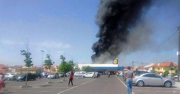 Portugalijoje šalia prekybos centro sudužo lėktuvas