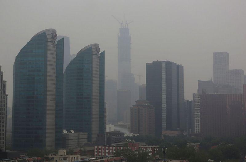 """Aukščiausio Pekino pastato statybos, paskendusios smoge. Jasono Lee (""""Reuters"""" / """"Scanpix"""") nuotr."""