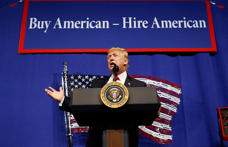 Trumpas pasirašė amerikiečiams pirmenybę suteikiantį dekretą
