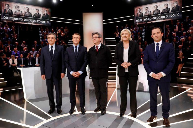 """Net keturi kandidatai turi beveik vienodas galimybes patekti į antrąjį Prancūzijos prezidento rinkimų turą: (iš kairės) Francois Fillonas, Emmanuelis Macronas, Jeanas-Lucas Melenchonas ir Marine Le Pen. Benoit Hamonas, socialistų kandidatas, gerokai atsilieka nuo jų. patricko kovariko (""""reuters"""" / """"scanpix"""") nuotr."""