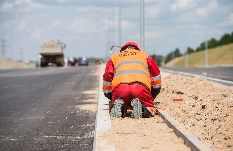 Kelių priežiūros ir plėtros programos sąmatai Vyriausybė pritarė tik praėjusią savaitę, todėl pagrindiniai kelininkų darbai greičiausiai prasidės tik rudeniop. Juditos Grigelytės (VŽ) nuotr.