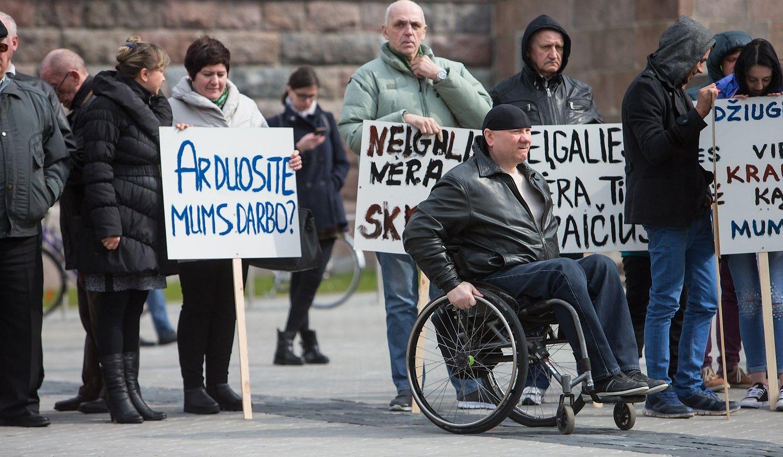 Prie Seimo mitingavo darbo netekti bijantys neįgalieji